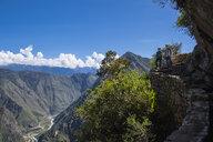 Couple on the Inca Trail path close to Machu Picchu, Cusco, Peru - CUF05961