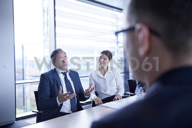 Over shoulder view of businessman explaining at office meeting - CUF06562 - Jakob Helbig/Westend61