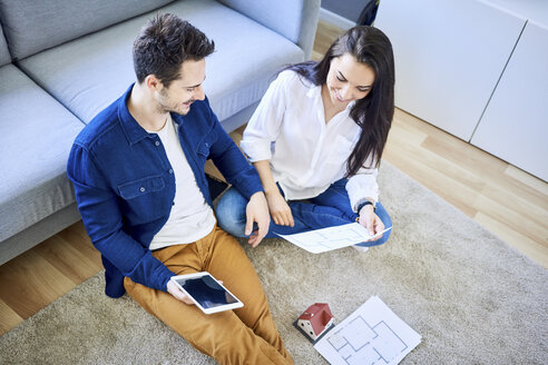 Couple planning new home together - BSZF00386