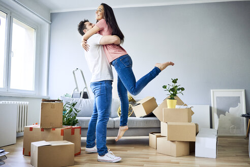 Happy couple celebrating moving in together - BSZF00404