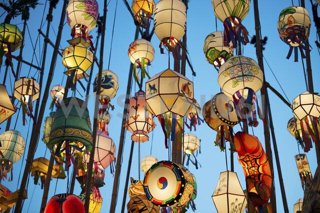 South Korea, Seoul, Lanterns lit up in the Buddhist temple of Jogyesa - GEMF01986 - Gemma Ferrando/Westend61