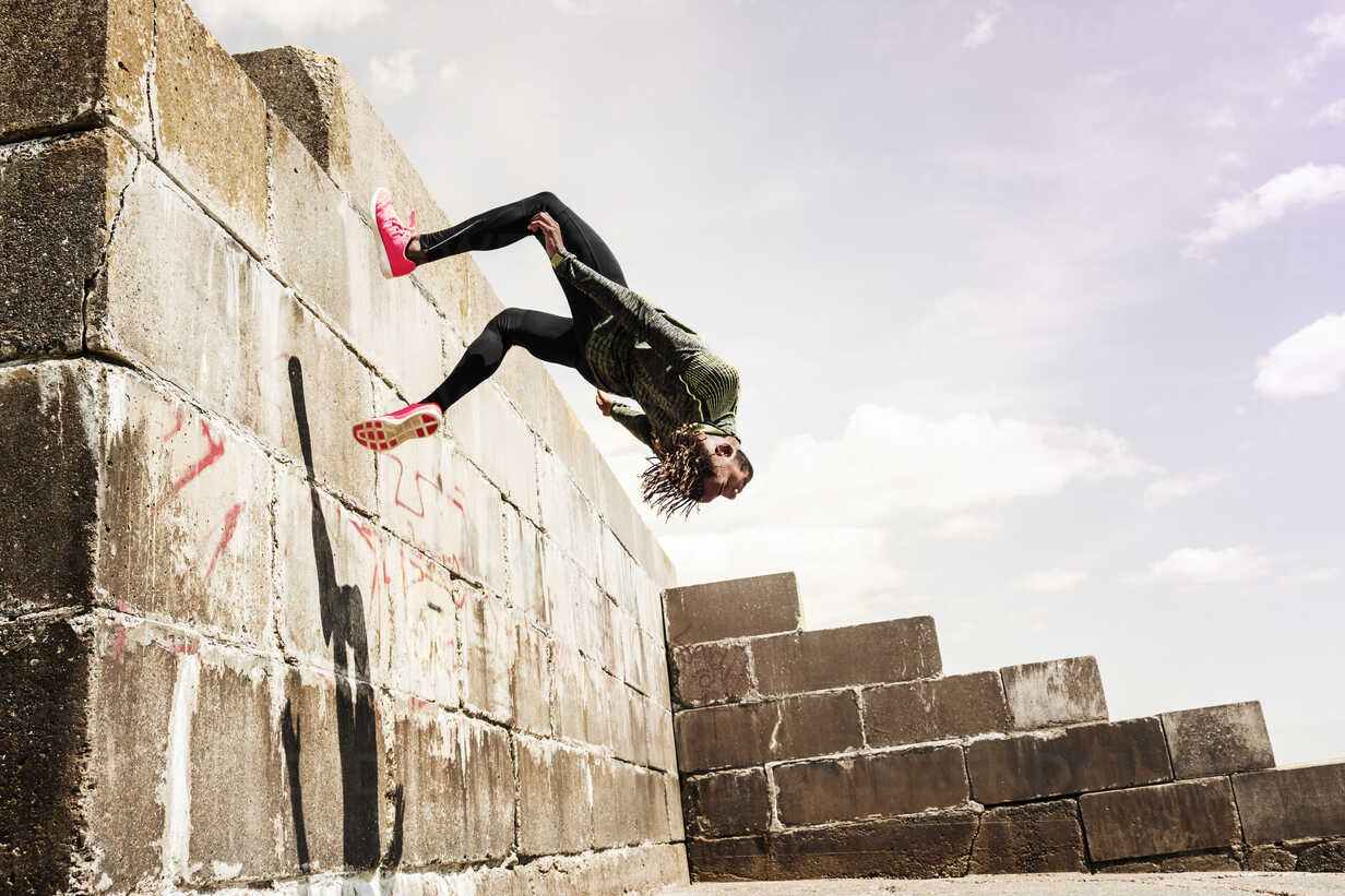 Young man, free running, outdoors, somersaulting from side of wall - CUF07186 - Igor Emmerich/Westend61