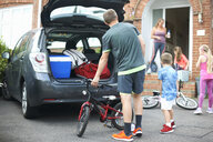 Family packing car for holiday - CUF07677