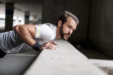Portrait of man doing push-ups - DIGF04287