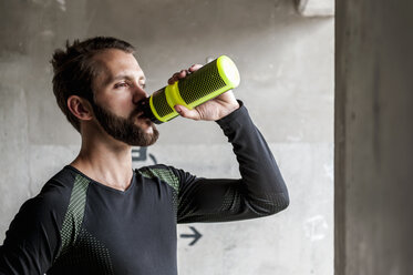 Portrait of athlete drinking from bottle - DIGF04293