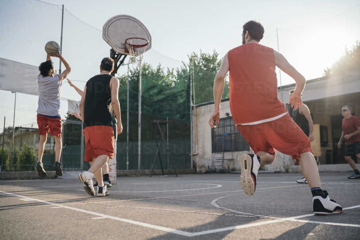 Friends On Basketball Court Playing Basketball Game Cuf07974 Arno Images Westend61