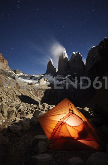 Chile, Patagonie, Nationalpark Torres del Paine, orange tent at night - CVF00528