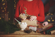 Woman wrapping christmas gifts - CUF09634
