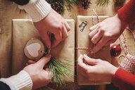 Couple wrapping christmas presents - CUF09640