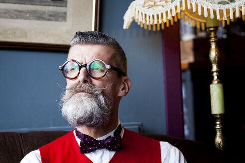 Portrait of stylish quirky senior man vintage cafe - CUF10814