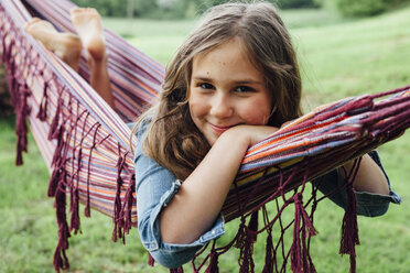 Portrait of smiling girl lying in hammock - ANHF00052