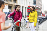 UK, London, young couple with rental bicycle from bike share stand - WPEF00297