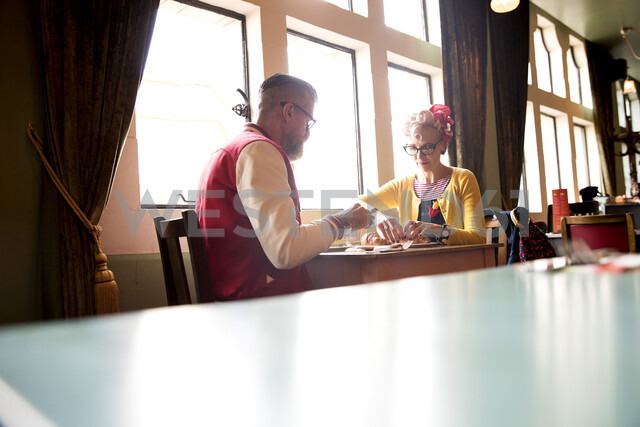 Quirky couple relaxing in bar and restaurant, Bournemouth, England - CUF12438 - JAG IMAGES/Westend61