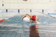 Senior man swimming in swimming pool - CUF12606