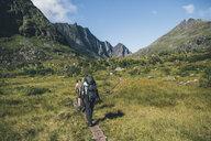 Norway, Lofoten, Moskenesoy, Young men hiking at Litljordtinden - GUSF00878