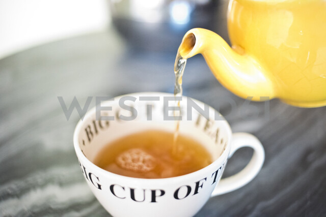 Tea pouring into teacup from teapot - ISF02577 - Angela Cappetta/Westend61