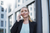 Portrait of businesswoman on the phone - DIGF04499