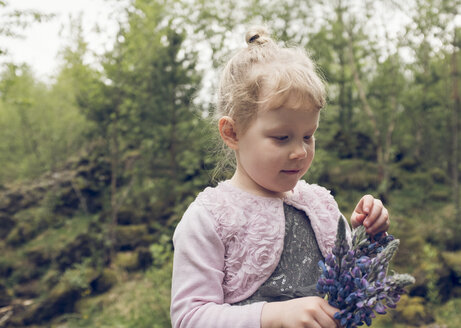 Girl holding purple flowers - ISF03956