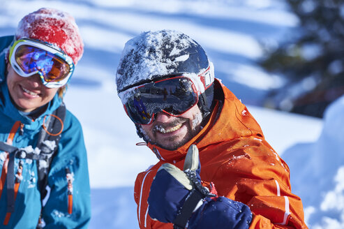 Portrait of a male and female skier in helmet and goggles on ski slope, Aspen, Colorado, USA - ISF04046