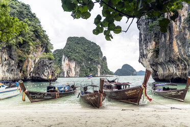 Thailand, Koh Yao Noi, typical wooden boats moored at seaside - CHPF00474