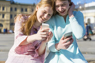 Russia, Moscow, teenage girls with smartphones in the city - WPEF00340