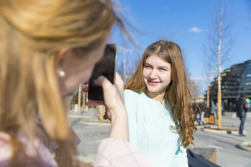Russia, Moscow, teenage girls taking pictures of each other in the city - WPEF00343