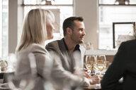 Businessmen and businesswomen at lunch in restaurant - ISF04921