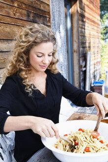 Woman preparing lunch al fresco - CUF13787