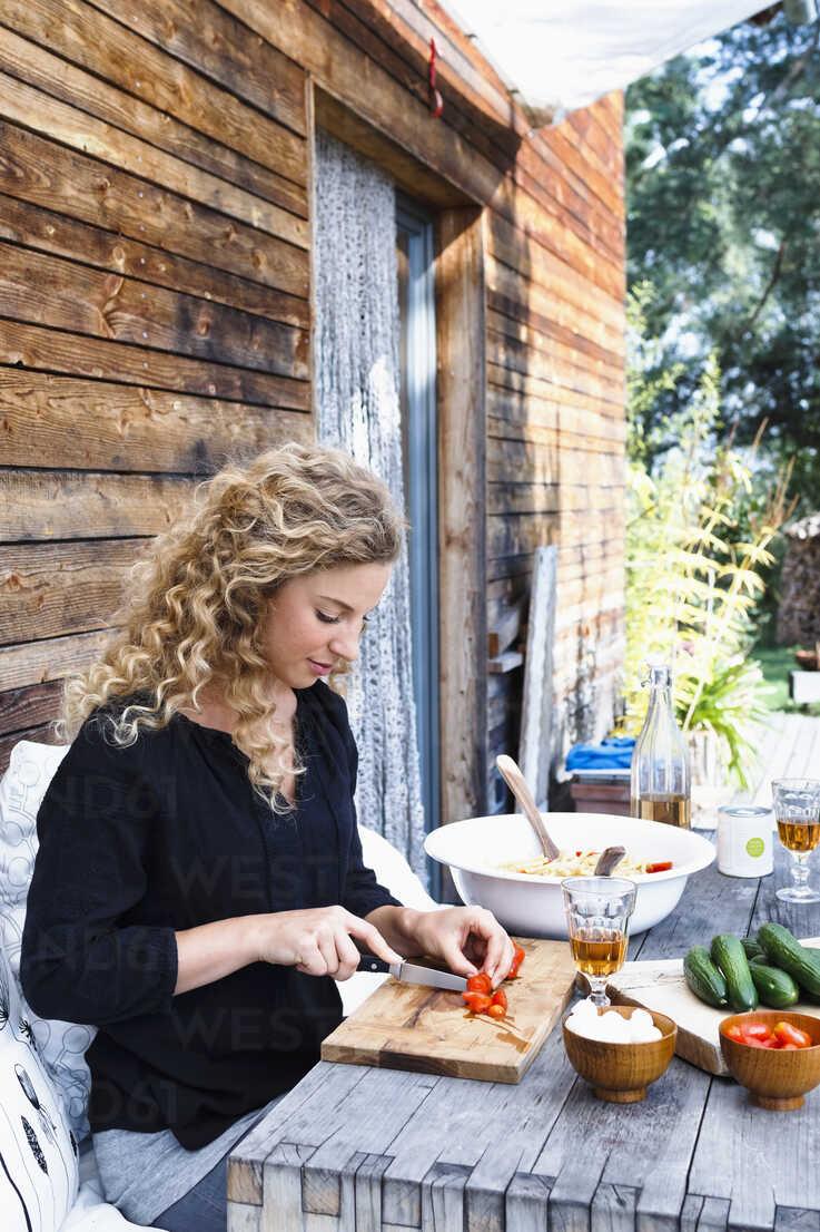 Woman preparing lunch al fresco - CUF13829 - Emely/Westend61