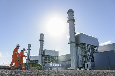 Workers at gas-fired power station - CUF18082