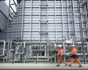 Workers walking through gas-fired power station - CUF18121