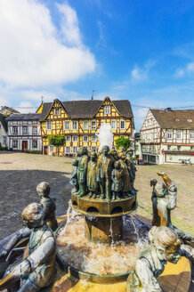 Germany, Rhineland-Palatinate, Linz am Rhein, Old town, market square with fountain and half-timbered houses - THA02168