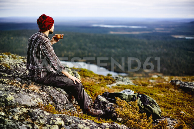 Hiker enjoying view on cliff top, Keimiotunturi, Lapland, Finland - CUF20087 - Aleksi Koskinen/Westend61