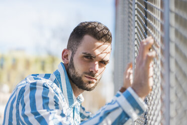 Bearded young man on a grid - AFVF00584