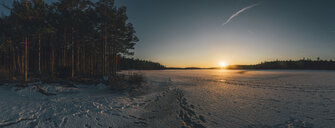 Sweden, Sodermanland, frozen lake Navsjon in winter at sunset - GUSF00917