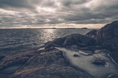 Sweden, Sodermanland, seashore under cloudy sky - GUSF00935