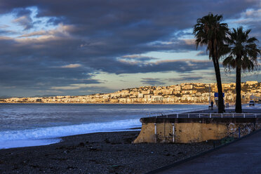 France, Provence-Alpes-Cote d'Azur, Nice, City view and beach in the morning - ABOF00370