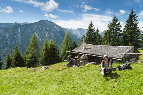 Austria, Tyrol, Rofan Mountains, female hiker - UMF00816