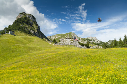 Austria, Tyrol, Maurach, Rofan Mountains, cable car, Airrofan Skyglider over flower meadow - UMF00819