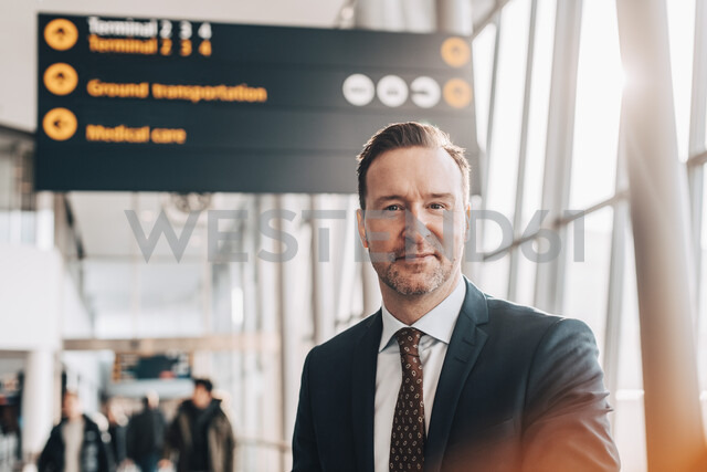 Portrait of confident mature businessman in airport terminal - MASF07811 - Maskot/Westend61