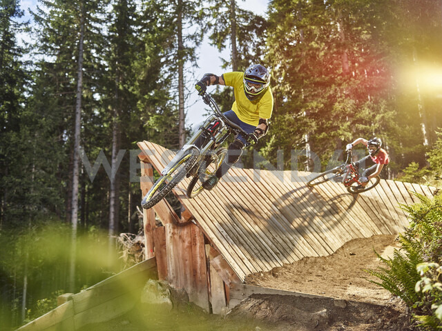 Austria, Tyrol, male and female downhill mountain biker - CVF00643 - Christian Vorhofer/Westend61