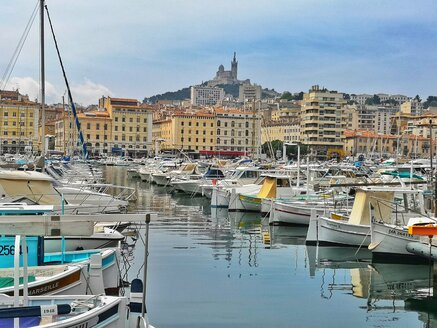 France, Marseille, old harbor and marina with Basilique Notre-Dame de la Garde - FRF00672