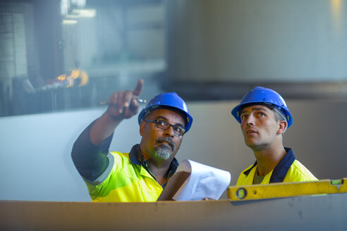 Engineers in industrial plant discussing work - ZEF15582