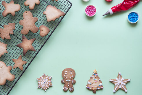 Decorating gingerbread with sugar icing - SKCF00466