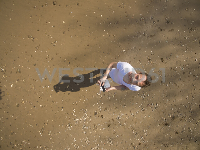 Man taking selfie with a drone - ONF01114 - noonland/Westend61