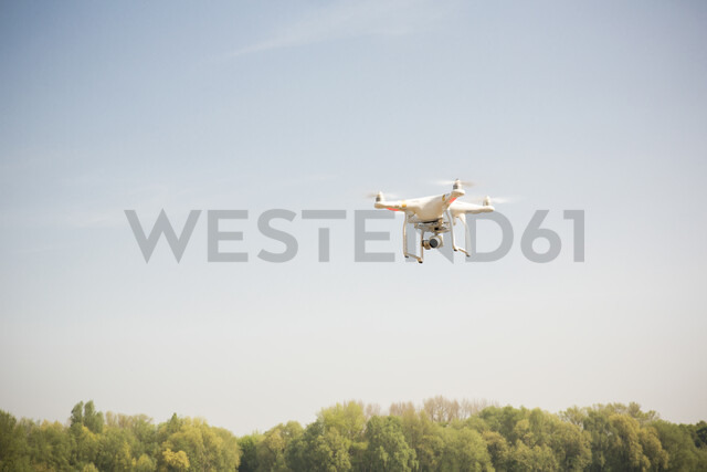 Drone flying in blue sky - ONF01141 - noonland/Westend61