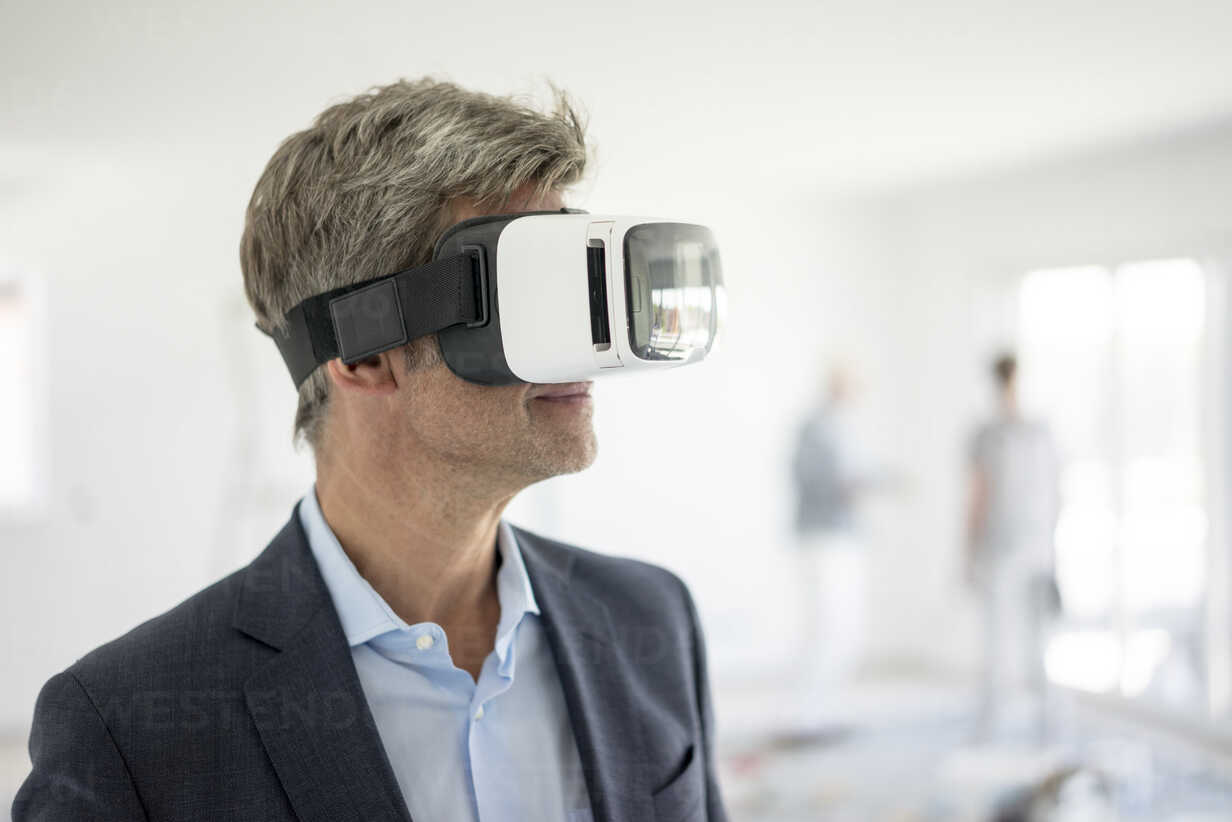 Man in suit wearing VR glasses in building under construction - MOEF01238 - Robijn Page/Westend61