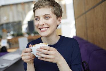 Portrait of blond businesswoman drinking coffee - PNEF00709