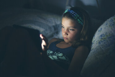 Girls in bed using digital tablet - ISF09099