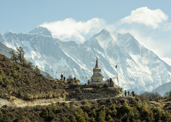 Nepal, Solo Khumbu, Everest, Sagamartha National Park, People visiting stupa - ALRF01252